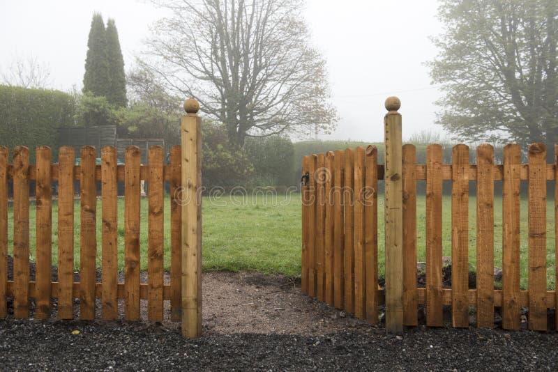 Раскройте деревянный строб и оградите водить в сад стоковые фотографии rf