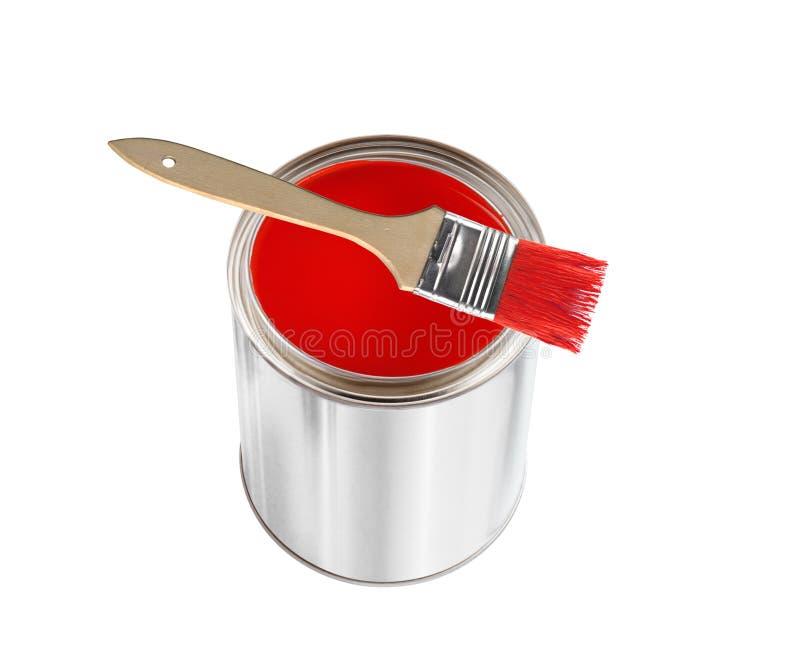 Раскройте жестяную коробку с красной краской и щетку изолированную на белизне стоковые изображения rf