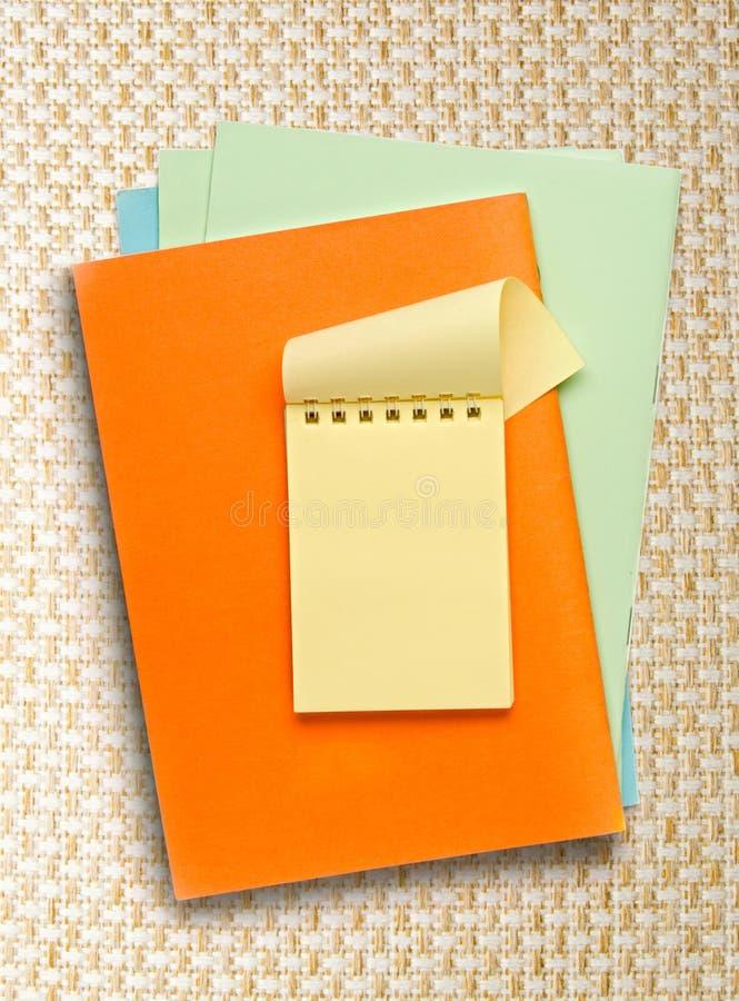 Раскройте желтый блокнот на покрашенной бумаге стоковая фотография rf