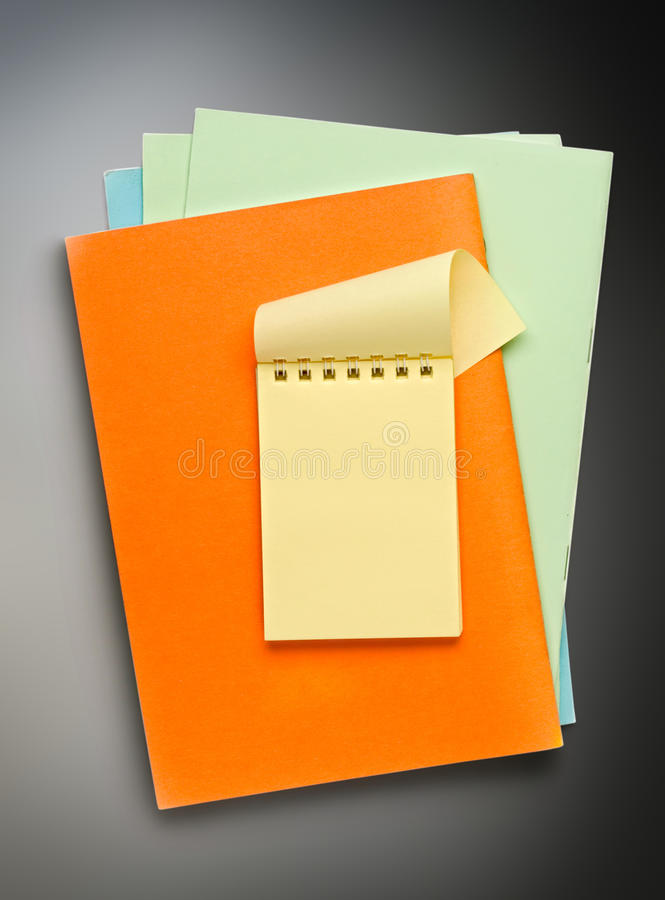 Раскройте желтый блокнот на покрашенной бумаге стоковые фотографии rf