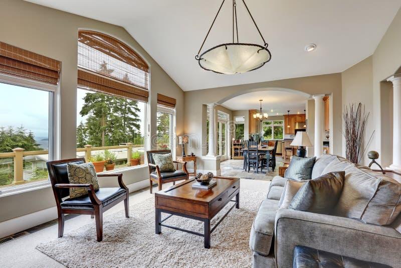 Раскройте интерьер живущей комнаты плана в роскошном доме стоковое фото