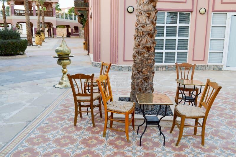 Раскройте кальян кафа с таблицами и пальмами в теплой арабской исламской исламской стране тропическое экзотического под открытым  стоковое изображение rf