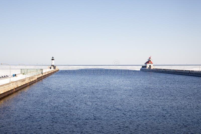 Раскройте канал доставки с маяками на замороженном Lake Superior, стоковое фото rf