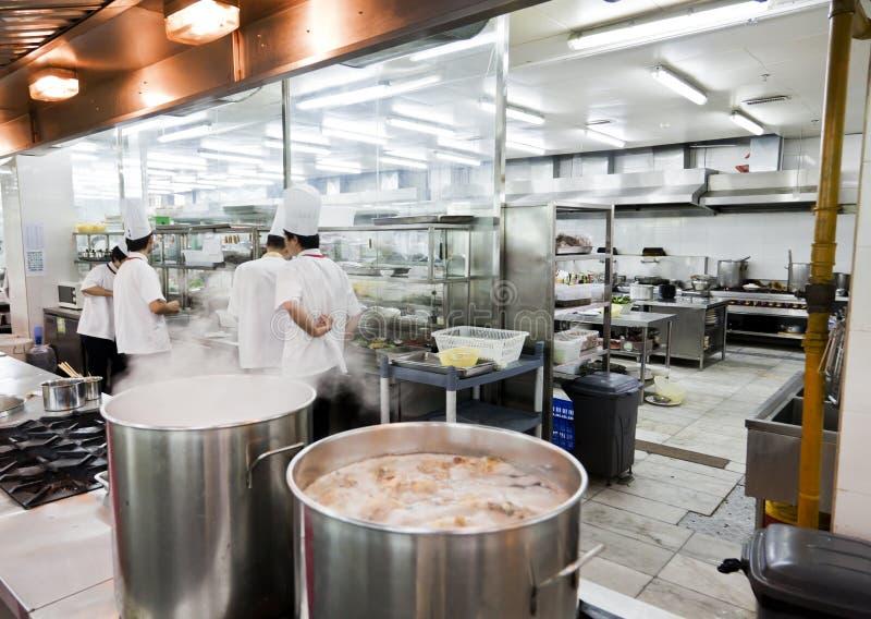 Раскройте китайскую коммерчески кухню в ресторане стоковое изображение rf