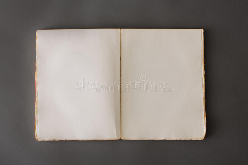 Раскройте книгу на сером фоне стоковое фото