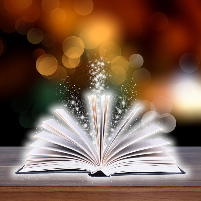Раскройте книгу с светом bokeh на деревянных планках стоковое фото rf
