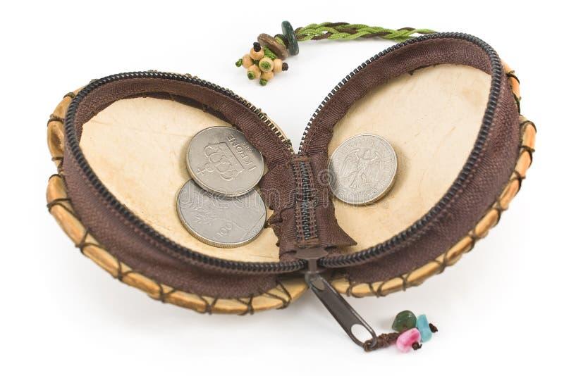 Раскройте кожаное портмоне с старыми европейскими монетками стоковое фото