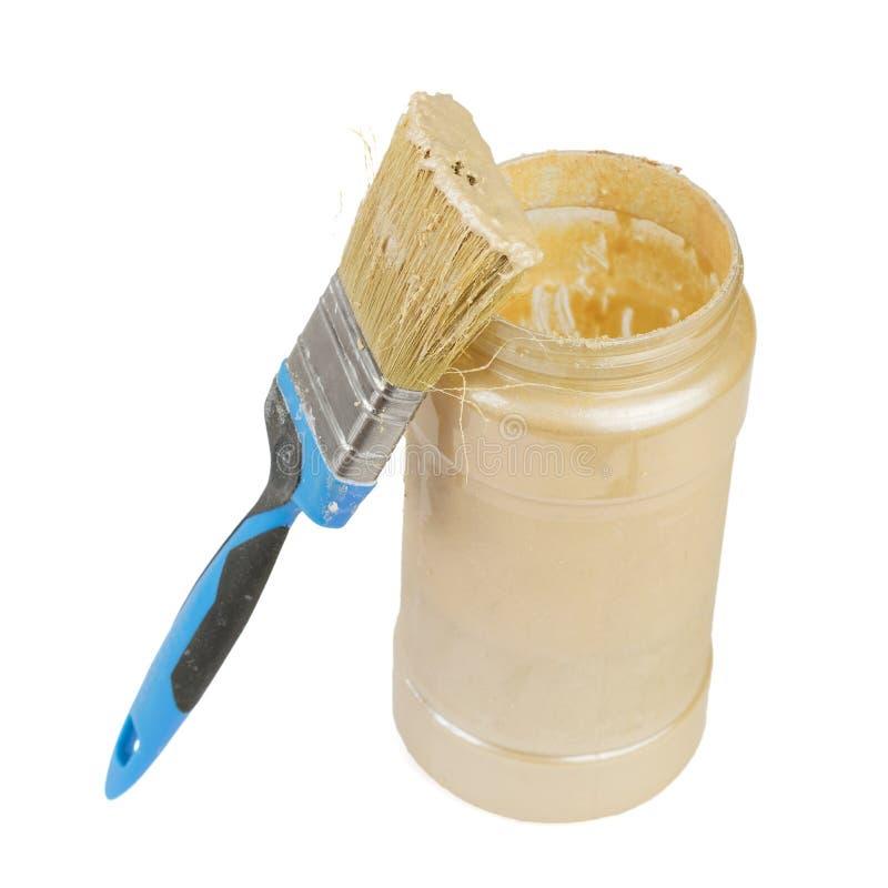 Раскройте краску смогите и почистьте щеткой изолированный на белой предпосылке стоковое изображение rf