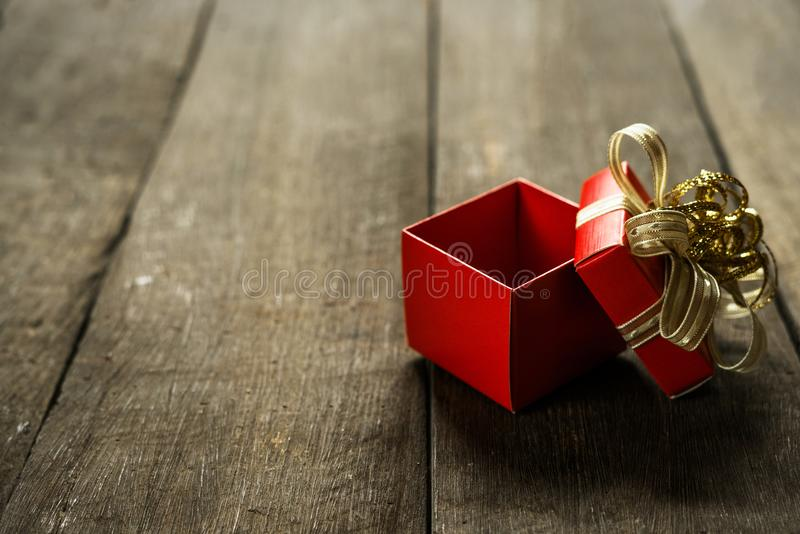 Раскройте красную подарочную коробку на деревянном столе с космосом экземпляра для указателя места заполнения текста стоковые изображения