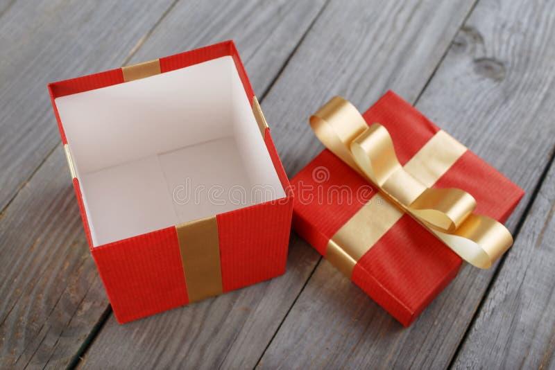 Раскройте красную подарочную коробку с лентой золота стоковые фотографии rf