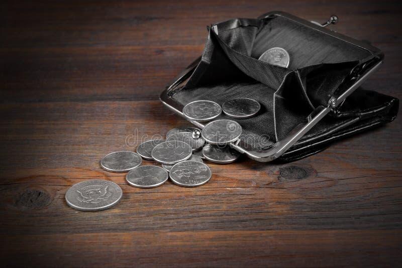 Раскройте мужской черный кожаный бумажник с американским различным Commemora стоковые фотографии rf