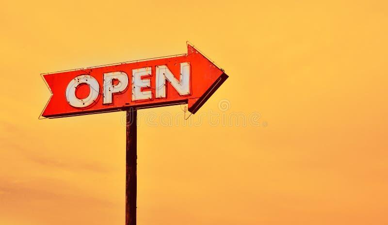 Раскройте неоновую вывеску на заходе солнца стоковые фотографии rf