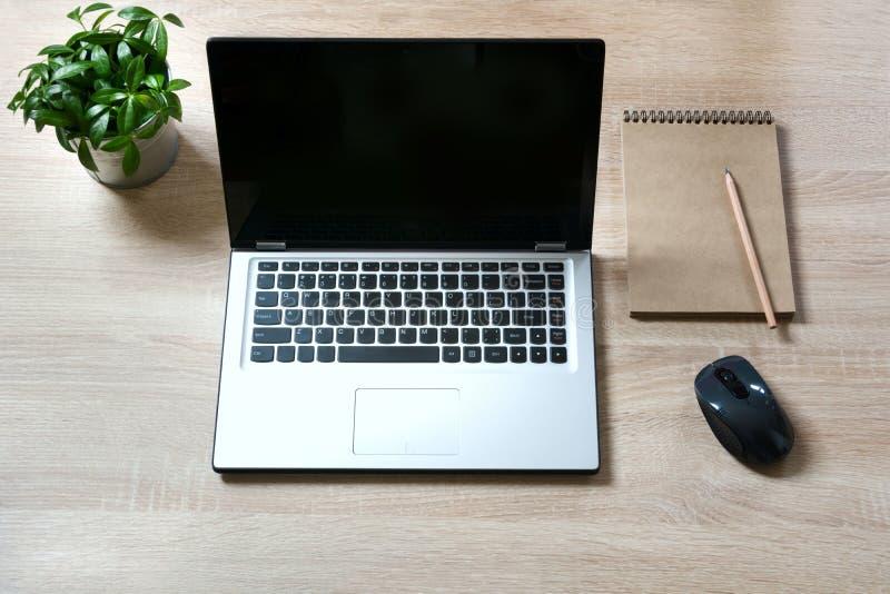 Раскройте объекты компьтер-книжки и messthetics на таблице стола офиса деревянной Взгляд сверху стоковая фотография