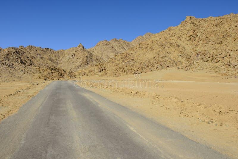 Раскройте дорогу в пустыне стоковое фото rf
