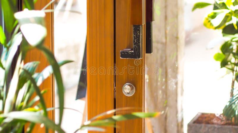 Раскройте природу двери в доме стоковая фотография