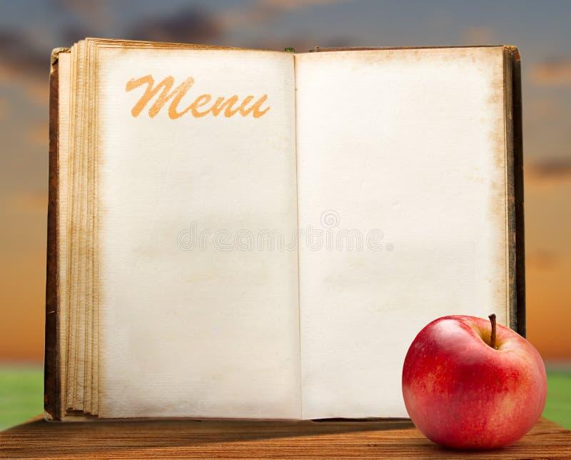 Раскройте пустую винтажную книгу меню с яблоком стоковые фото