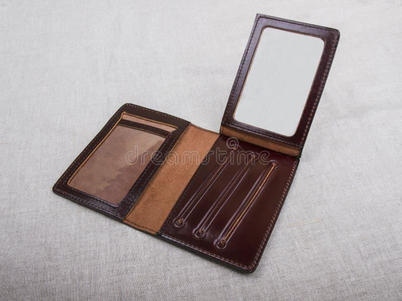 Раскройте пустую крышку; коричневейте кожаный случай стоковое фото