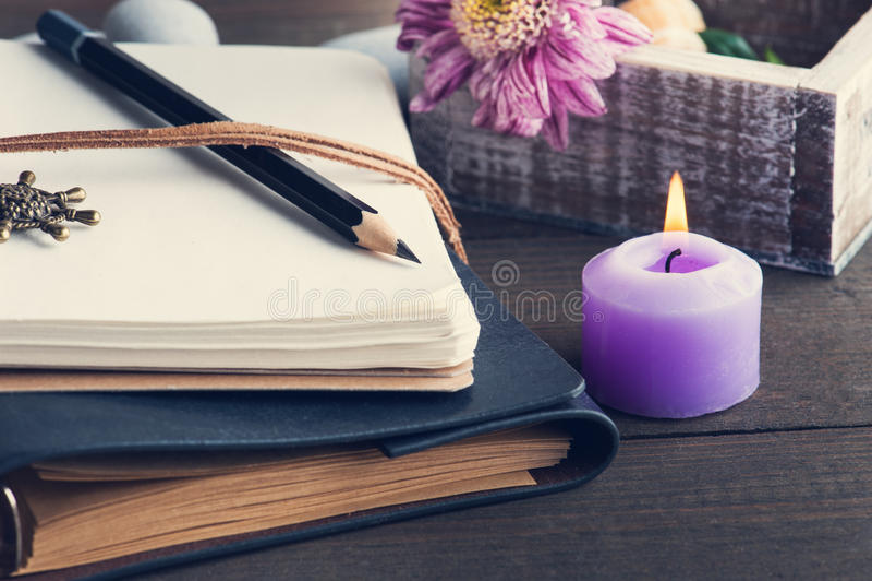 Раскройте пустую тетрадь, освещенную свеча, цветок стоковое фото rf