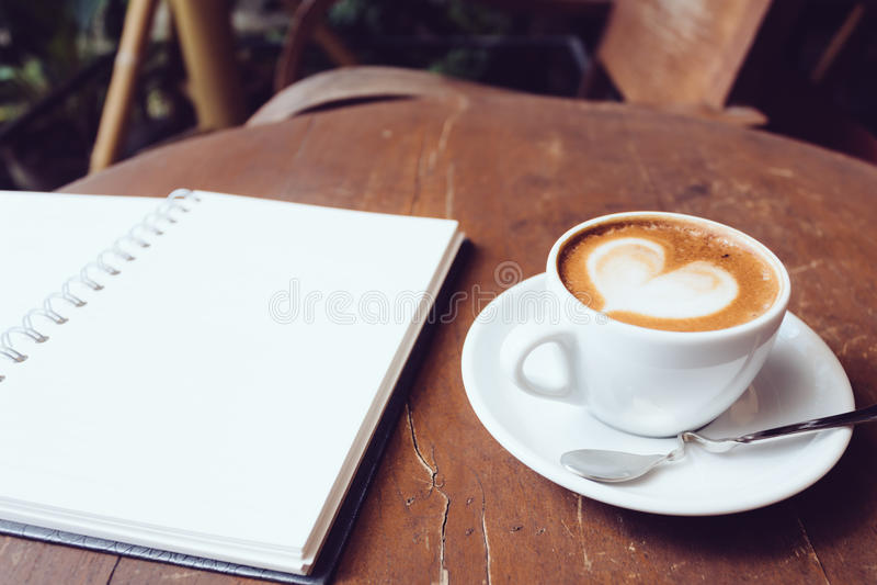Раскройте пустые белые тетрадь и чашку кофе стоковые фотографии rf