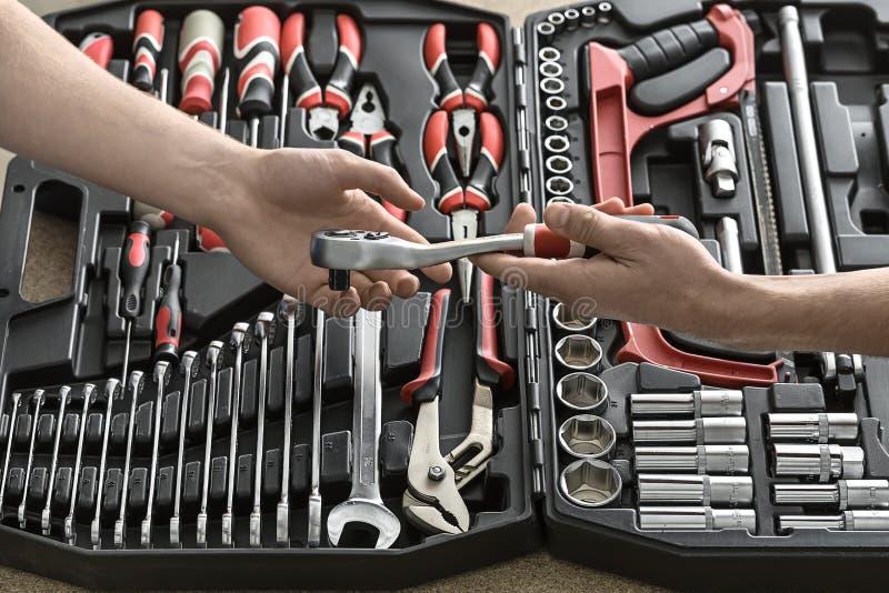 Раскройте руки toolbox и мужчины стоковые изображения rf