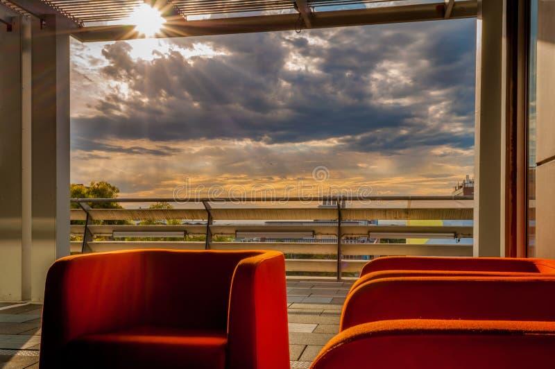 Раскройте салон к драматическому заходу солнца стоковая фотография rf