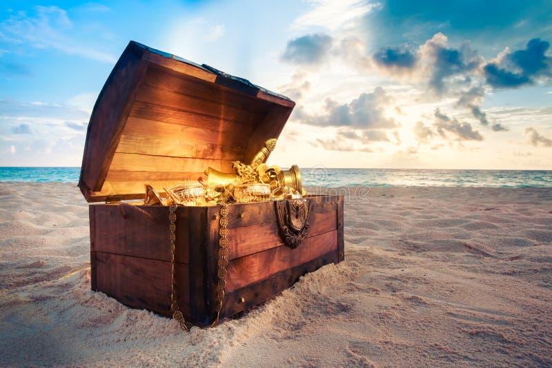 Раскройте сундук с сокровищами на пляже стоковые фото
