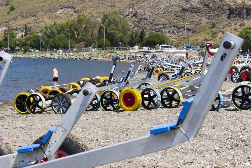 Раскройте съемку перспективы малых колес парусника яхты на пляже на Lesvos, Petra стоковая фотография rf