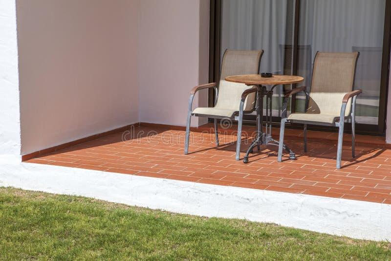 Раскройте террасу для того чтобы садовничать на курорте квартиры праздников стоковое фото rf