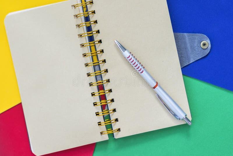 Раскройте тетрадь на красочной яркой бумаге, предпосылке с космосом экземпляра для текста Взгляд сверху Концепция начинать школу стоковая фотография