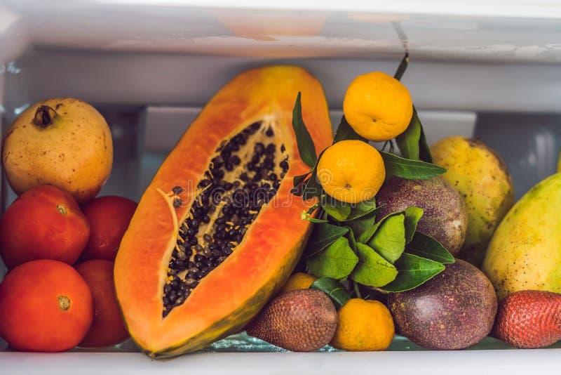 Раскройте холодильник заполненный с свежими фруктами и овощами, сырцовую концепцию еды, здоровую концепцию еды стоковые изображения