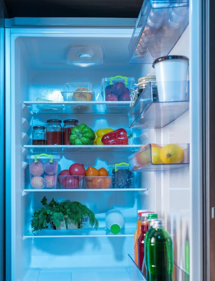 Раскройте холодильник с здоровыми свежими продуктами внутрь стоковое фото rf