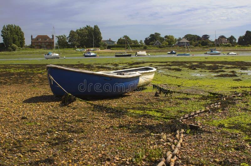 Раскройте шлюпки заземленные во время отлива в историческую гавань на Bosham в западном Сассекс на юге  Англии стоковое фото rf