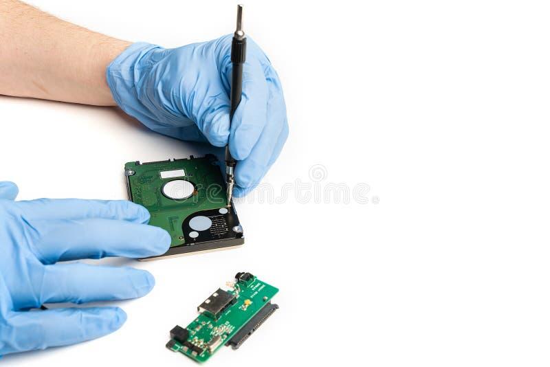 Раскройте электронное устройство с перчатками в лабораторных условиях стоковые фото