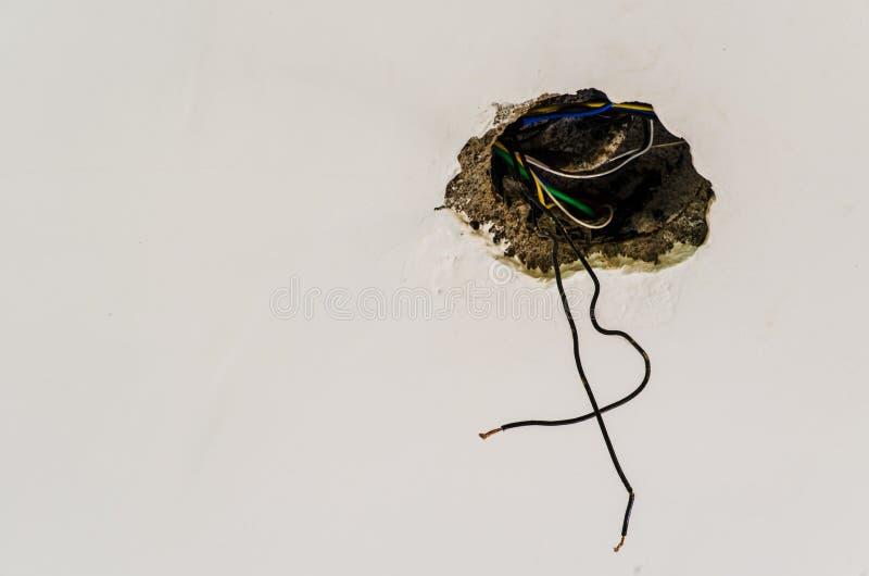 Раскройте электрическую проводку на стене стоковая фотография rf
