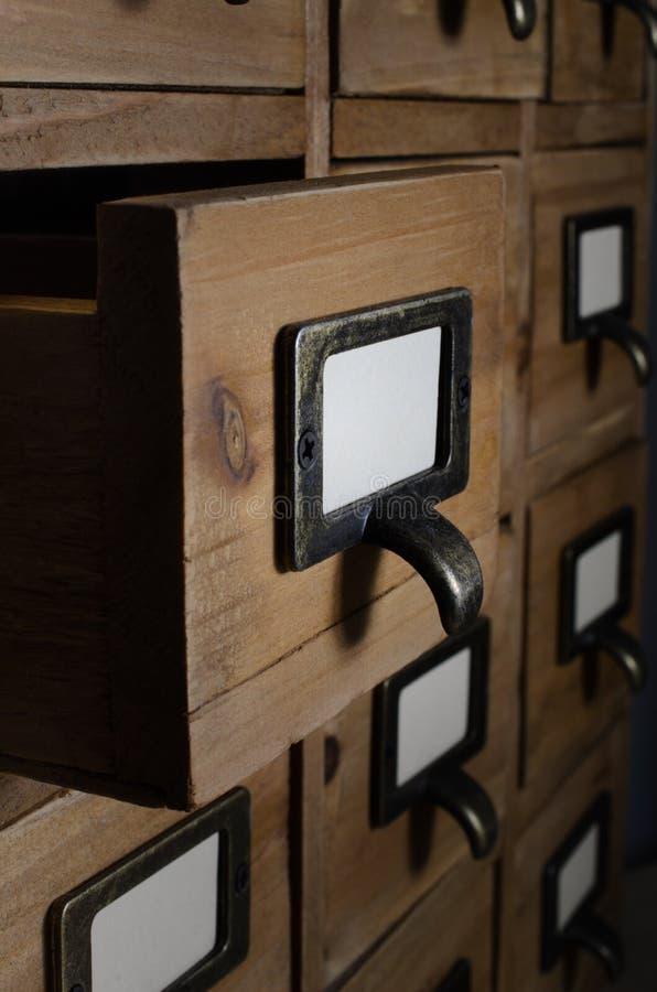 Раскройте ящик в деревянных блоках карточки индекса стоковая фотография rf
