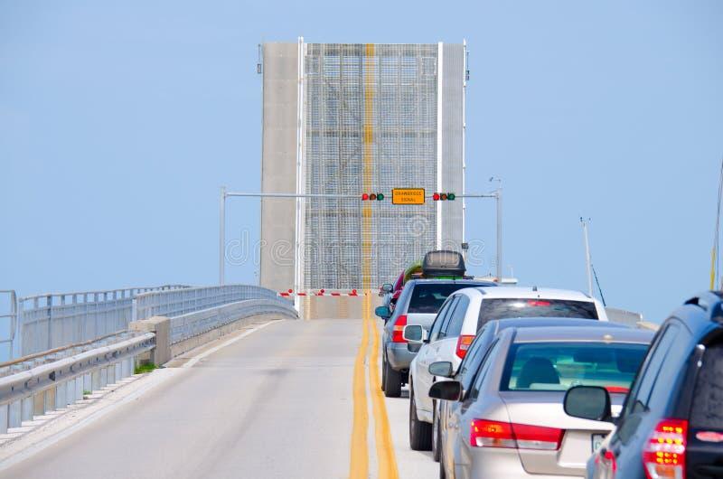 Раскройте drawbridge при автомобили ждать к перекрестному мосту стоковое фото