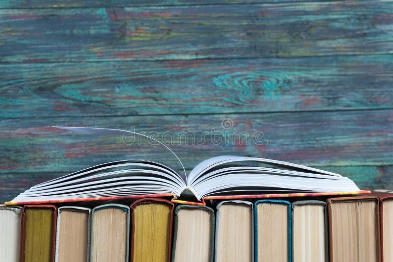 Раскройте hardback книги на книгах стога стоковая фотография rf