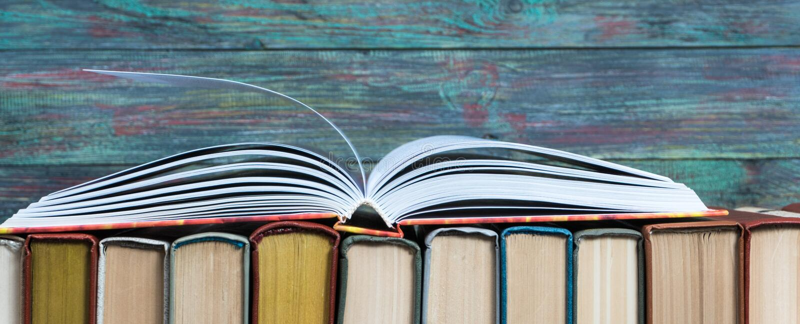 Раскройте hardback книги на книгах стога стоковое изображение