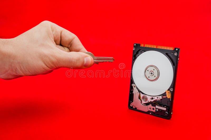 Раскрывающ и дешифровывающ привод запоминающего устройства жёсткого диска с ключом информации стоковая фотография rf