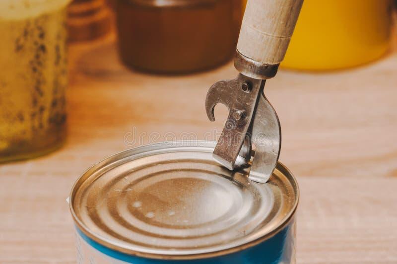 Раскрывая законсервированная мозоль с особенным ножом на законсервированной деревянной ручке стоковое изображение rf