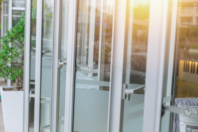 Раскрывая рамка стеклянных окон современная алюминиевая стоковые фотографии rf