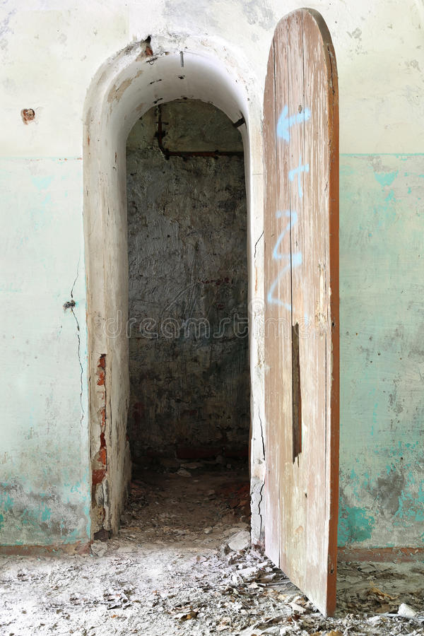 Раскрытая дверь к старому коридору подвала стоковое фото
