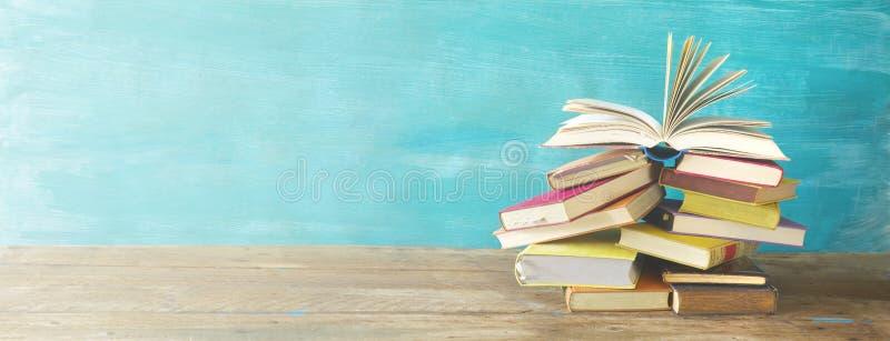 Раскрытая книга на куче старых книг стоковое фото rf