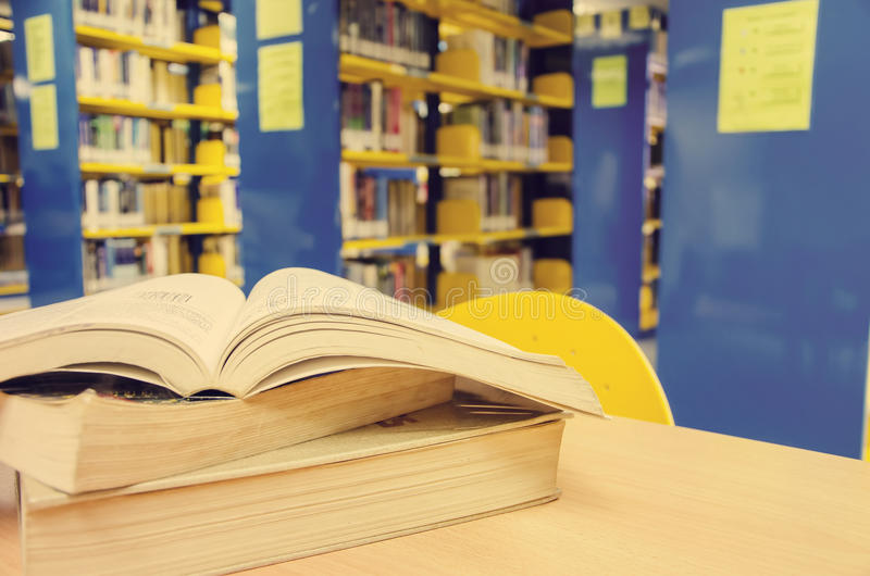 Раскрытая книга на столе стоковая фотография rf