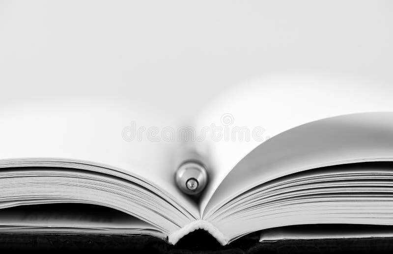 Раскрытая тетрадь при изолированная ручка стоковые фотографии rf