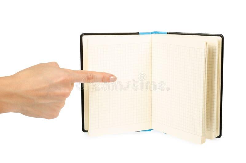 Раскрытая черная тетрадь при рука, изолированная на белой предпосылке стоковое фото