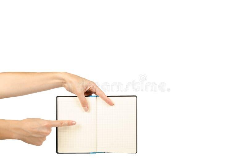 Раскрытая черная тетрадь при рука, изолированная на белой предпосылке, шаблон космоса экземпляра стоковое изображение rf