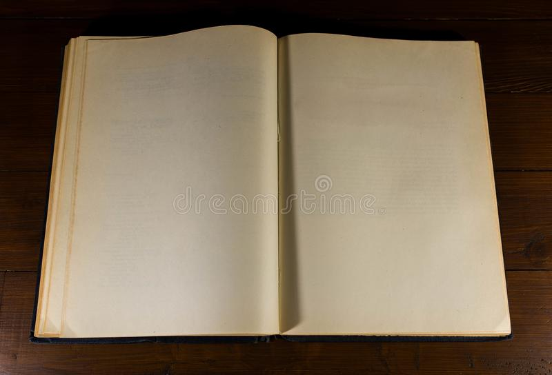 Раскрытые, старые, достигшие возраста, желтые, пустые страницы книги стоковая фотография