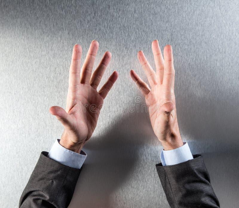 Раскрытый продавец вручает обсуждать в встрече или представлении стоковое изображение