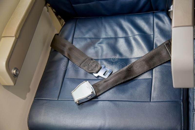 Раскрытый ремень безопасности в самолете со свободным местом белизна обеспеченностью предпосылки изолированная принципиальной схе стоковые фотографии rf